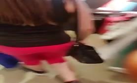 Teengirl in enger roter Leggins beim shoppen endeckt