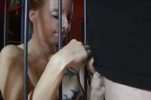 Sara Sunshine Blowjob im Käfig